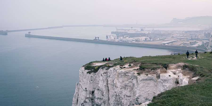 UK-dover-channel-overlooking-cliff