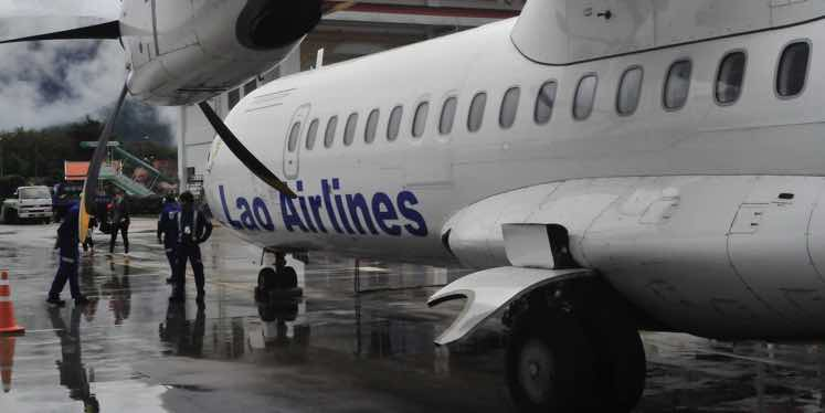 lao-airlines-unloading